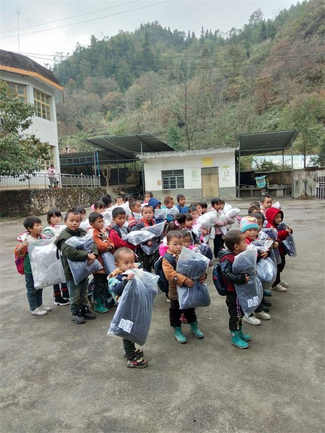 衣暖人心,让爱随行――爱心人士捐赠300件厚羽绒服到望谟贫困区